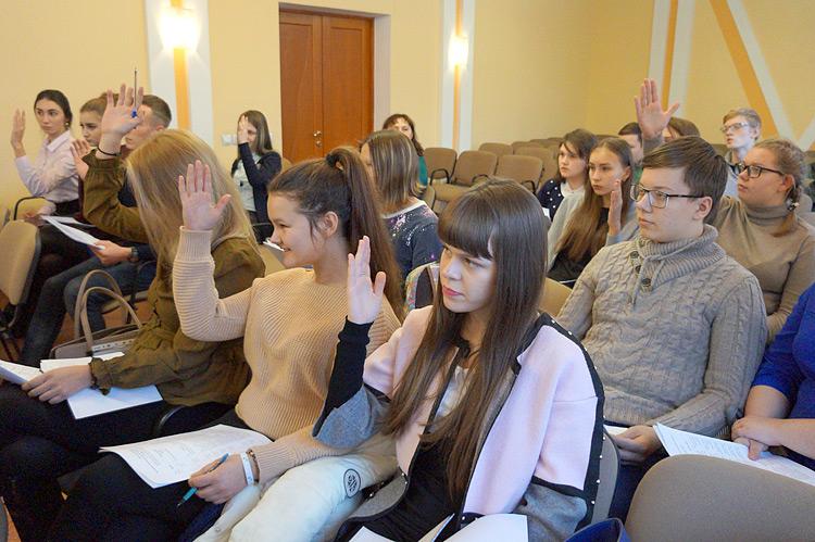 Взрослые помогали молодежи вести заседание и протокол, голосовать по всем правилам
