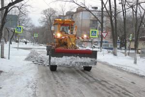 После очистки главных городских трасс технику направляют на второстепенные дороги