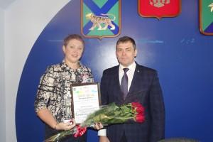 Диплом Виктории Мисливец вручил глава города Александр Зражевский