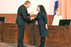 Награду за 1 место вручает директор краевого департамента физкультуры  и спорта Жан Кузнецов