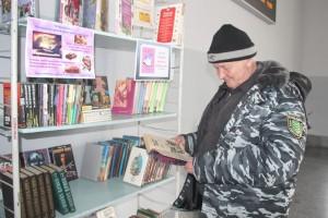 Мини-библиотека в зале ожидания железнодорожного вокзала работает уже почти год