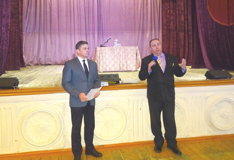 На вопросы углекаменцев вместе с главой округа отвечал руководитель территории Андрей Томашев