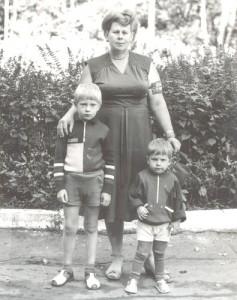 Евгения Савичева со своими внуками дежурит по парку