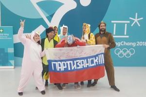 С этим флагом и нашим болельщиком с удовольствием фотографировались иностранцы