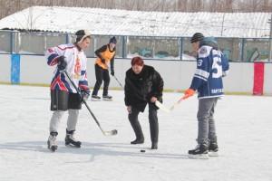 Шайбу вводит в игру учитель физкультуры Наталья Мигунова