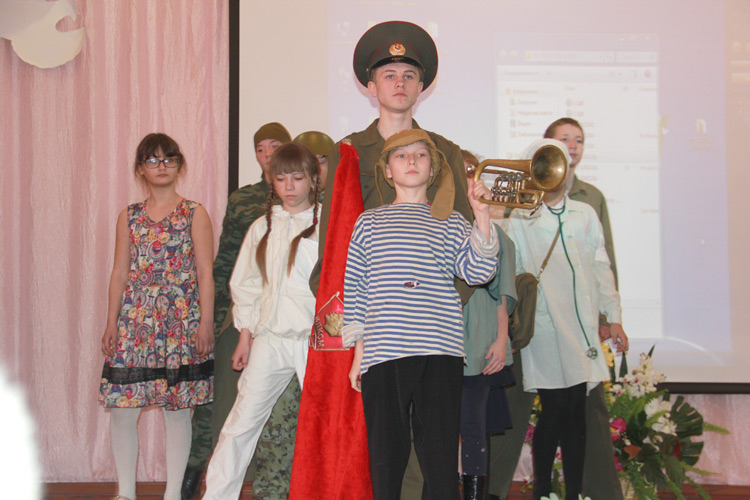 Команда школы №12 исполнила «Песню о маленьком трубаче»