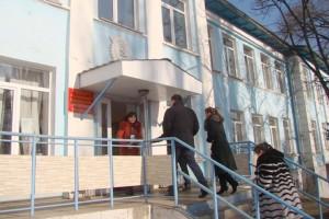 Орден на фасаде детской поликлиники долго напоминал о славной истории треста