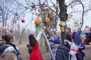 Пасхальное дерево «выросло» в сквере Дворца культуры
