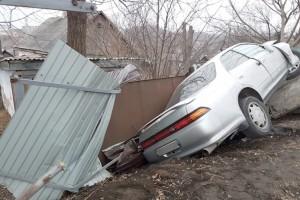 «Полет» автомобиля остановили бетонные блоки и забор