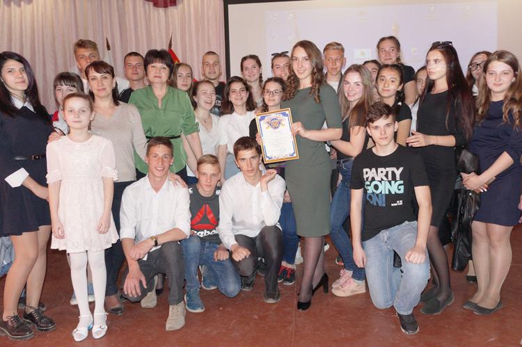 Победительница конкурса Виталина Глушак с группой поддержки