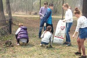 Добровольцы очистили косогоры  и скверы перед праздниками