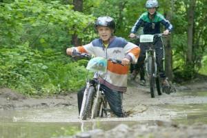 Участники мультигонки - велосипедисты, лучники, бегуны, рафтеры...