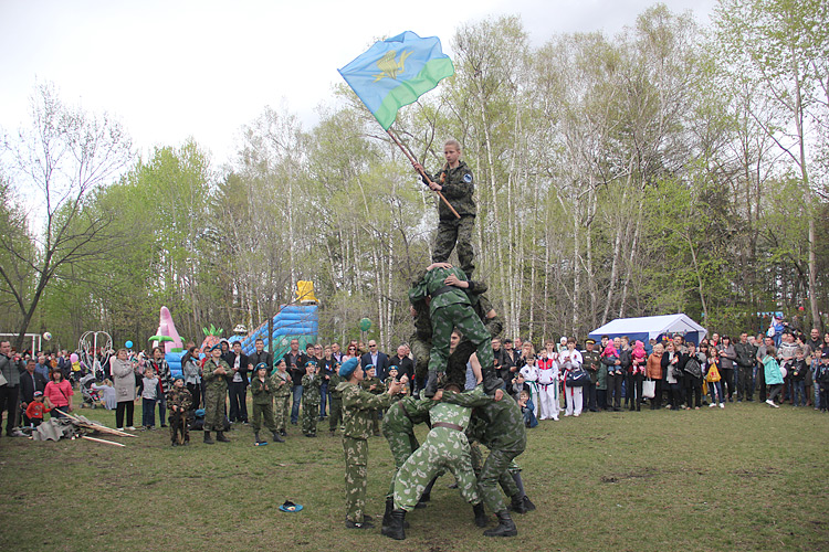 Высоко подняли флаг десантных войск ребята из «Пластуна»