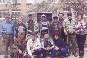На уборке памятного знака «Шахтерская слава» ветераны трудились вместе со школьниками