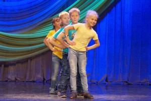 Участники из школы №5 свой танец придумали с вожатыми