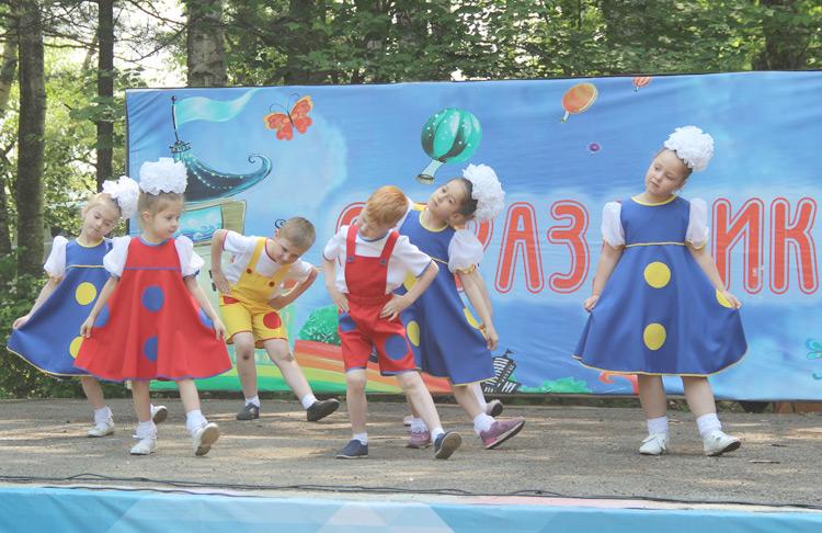 Малыши из «Калейдоскопа» с танцем «Горошины»