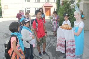 Японских гостей встречали хлебом-солью по русскому обычаю