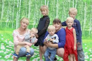 У двух сестер Анны и Анастасии на двоих девять детей. Фото Ларисы Столяровой