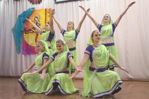 Стилизованные индийские танцы – один из ярких моментов праздника