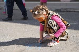 В этот день можно и переодеться в тигренка, и нарисовать его