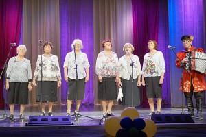 На сцене вокальная группа общества слепых