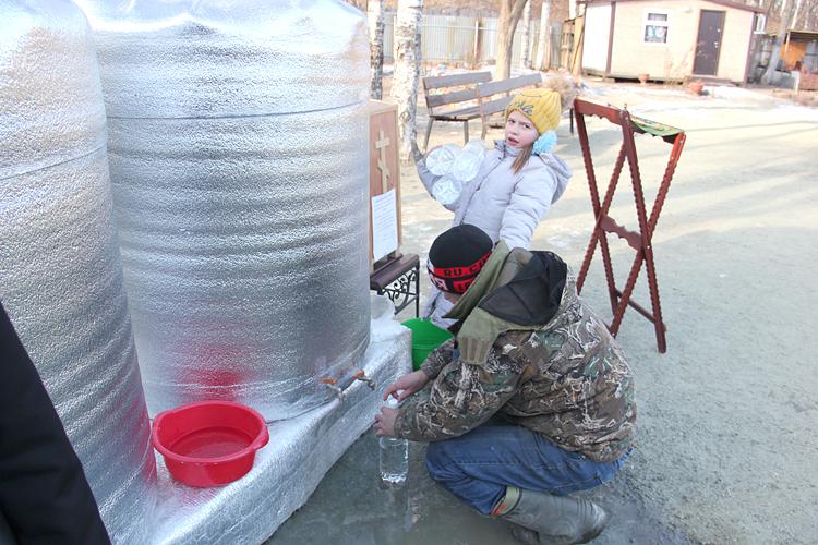 Партизанцы набрали около десяти тонн святой воды