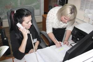 Оперативный дежурный ЕДДС ПГО Татьяна Суша и оператор системы «112» Любовь Томашук проводят сверку оперативных данных