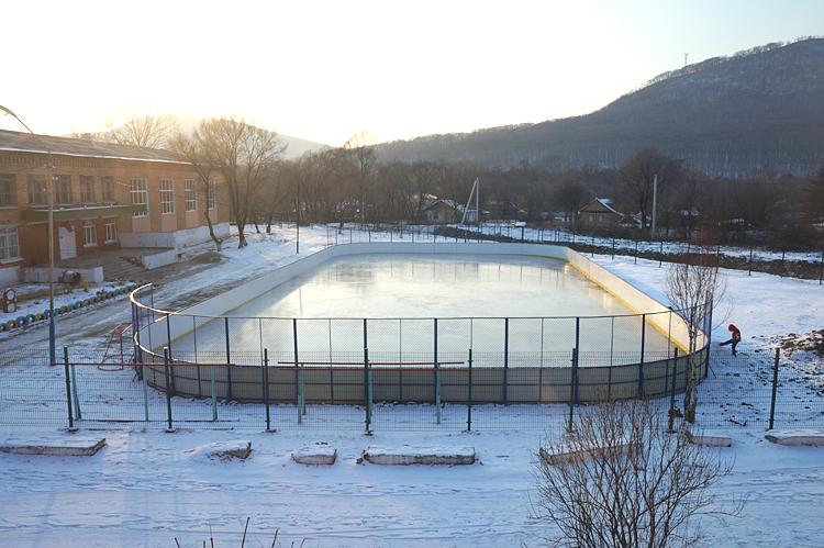 Новой хоккейной коробкой в селе довольны, но хочется еще и стадион