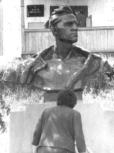 Памятник Крониду Кореннову у Дома пионеров