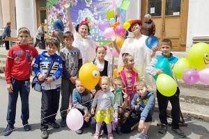 Детская радость - леденцы и воздушные шары