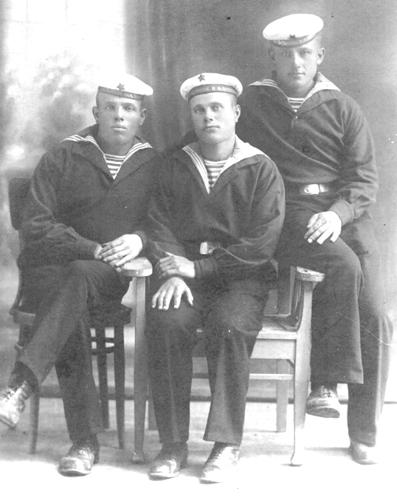 Крайний слева Иван Емельянович Шкляр