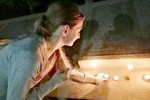 Горящие свечи в память о героях-партизанцах