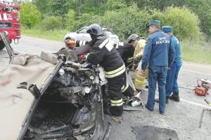 Мощный удар превратил автомобиль в груду искореженного металла