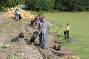 Очистка озера - общее дело взрослых и молодежи
