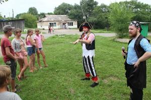 Ребят на празднике развлекали пираты из Дворца...