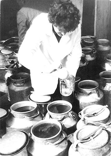 Технолог Наталья Безлучина  проверяет качество березового сока