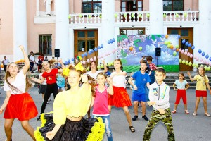 Вместе с артистами танцевали и гости праздника