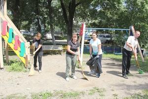 Работники администрации привели в порядок детскую площадку