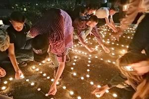 Слово «помним» из свечей зажгли участники акции