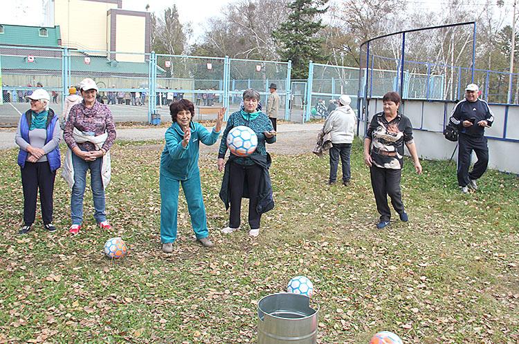 Один из этапов - попасть мячом в стоящую на земле корзину