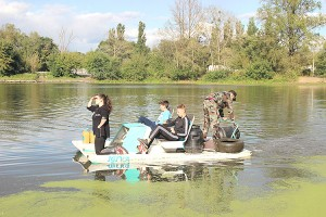 Закачивая в озеро М-раствор, волонтеры попутно собирают мусор
