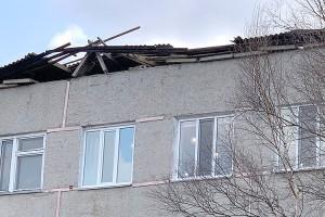 Ураганным ветром снесло часть крыши на школе №6