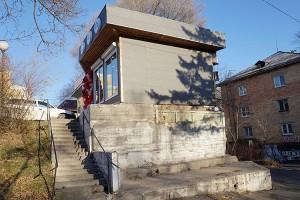 Вместе с фасадом не плохо бы преобразить и серую подпорную стену