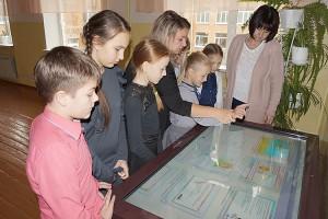 Вместо бумажных учебников школьники листают изображения на сенсорном экране