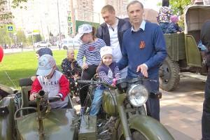 Дмитрий Селюков с семьей в День Победы