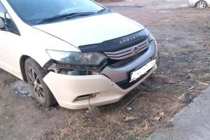 На улице Суворова автомобиль врезался в многоквартирный дом