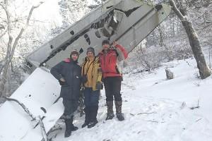 Андрей Костыренко с Алексеем и Виктором Моисеевыми у обломков самолета Ил-28Т