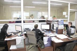 Абонентов предприятия обслуживают три оператора и восемь контролеров