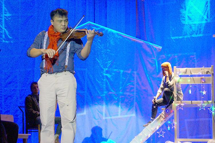 В основе сюжета - волшебная история скрипки