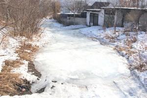 На улице Анисимова из-за текущих колонок дорога покрыта толстым слоем льда